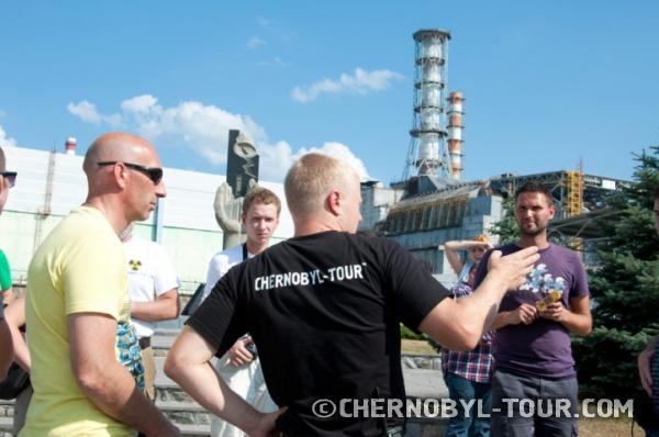 Группа Чернобыль-ТУРистов у Саркофага
